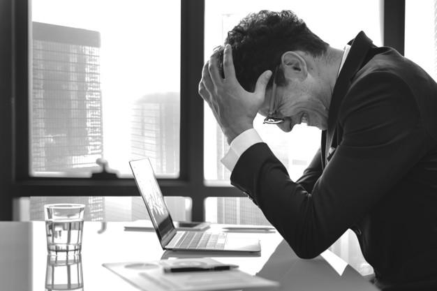 Кредитная задолженность — мужчина взялся за голову (1)