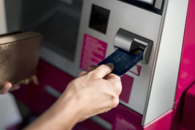 Как активировать банковскую дебетовую карточку через банкомат 1