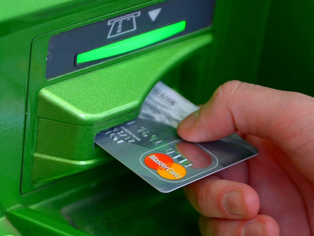 Как перевести деньги на карту через банкомат. Перевод на карту Сбербанка через банкомат Сбера