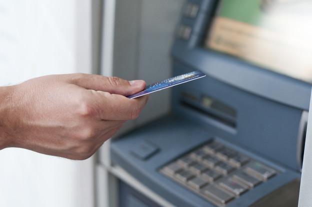 человек с картой втб у банкомата